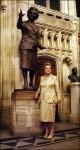 medium_070221230632.76qk0nsa0_margaret-thatcher-devant-une-statue-en-bronze-la-rb_1_.jpg
