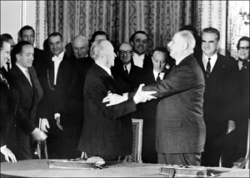 1313978-Le_général_de_Gaulle_et_Konrad_Adenauer.jpg