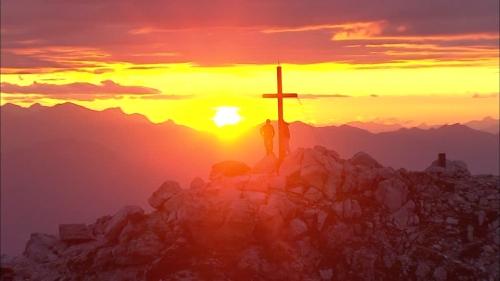 115935698-seiser-alm-sciliar-croix-au-sommet-dune-montagne-ciel-romantique.jpg