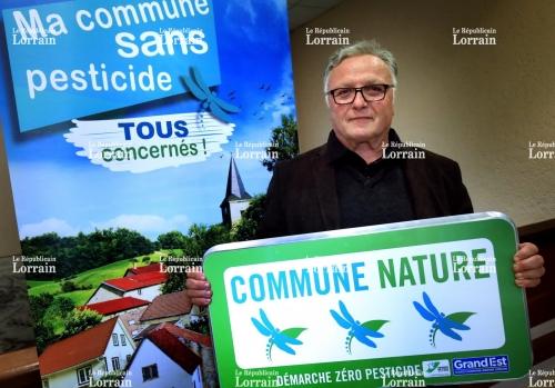 andre-favre-maire-de-loisy-(meurthe-et-moselle)-peut-montrer-avec-fierte-le-panneau-sigle-de-trois-libellules-qui-valide-les-efforts-de-sa-commune-en-matiere-de-lutte-contre-les-pesticides-photo-pascal-brocard-1512739612.jpg