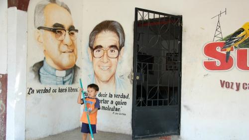 Salvador-Mgr-Romero-peint-sur-les-murs-des-villages-du-département-de-Chalatenango-Photo-Jacques-Berset.jpg