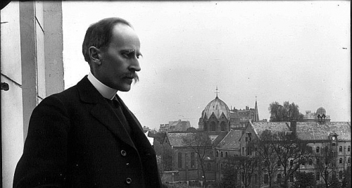 Romain_Rolland_au_balcon,_Meurisse,_1914,_source--672x359.jpg