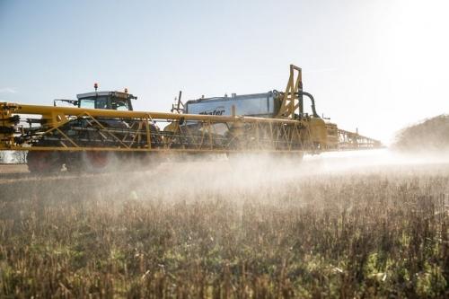 pulverisation-de-pesticides-un-champ-de-cereales.jpg