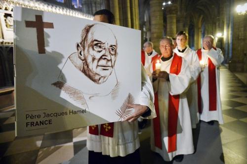 Hommage-Pere-Jacques-Hamel-24-2017de-9e-edition-Nuit-temoins-organisee-lAide-lEglise-Detresse-AED-cathedrale-Notre-Dame-Paris_0_729_486.jpg