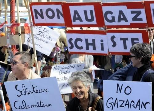 94868_des-militants-ecologistes-opposes-a-l-exploration-et-l-exploitation-des-gaz-de-schiste-le-16-avril-2011-a-marseille.jpg
